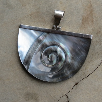 Sterling silver and Shell pendant x2 R320 (3,5 x 4,5cm) PEG008