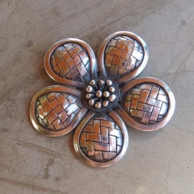 silver large daisy pendant